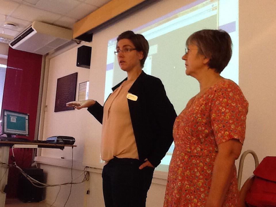 Emma och Ljuba undervisar skolbibliotekspersonal i WinBib