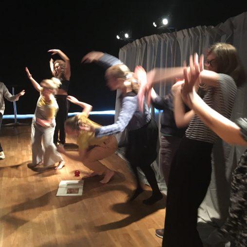 Här dansas Det röda trädet av bibliotekarier under en studiedag på Kulturhuset 17 september. Foto: Linn Holmstedt