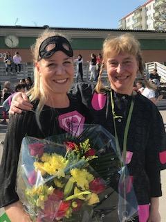 Foto: Maria Ronnås Superhjälten Johanna Klahr med Pippi- en annan stark person, som heter Maria Svenman och är lärare på skolan
